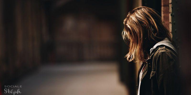 Femme triste et isolée parce qu'elle ne peut pas avoir d'enfant